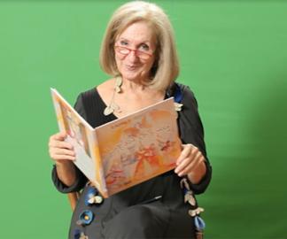 Δείτε την κα Κάρμεν Ρουγγέρη να διαβάζει παραμύθια